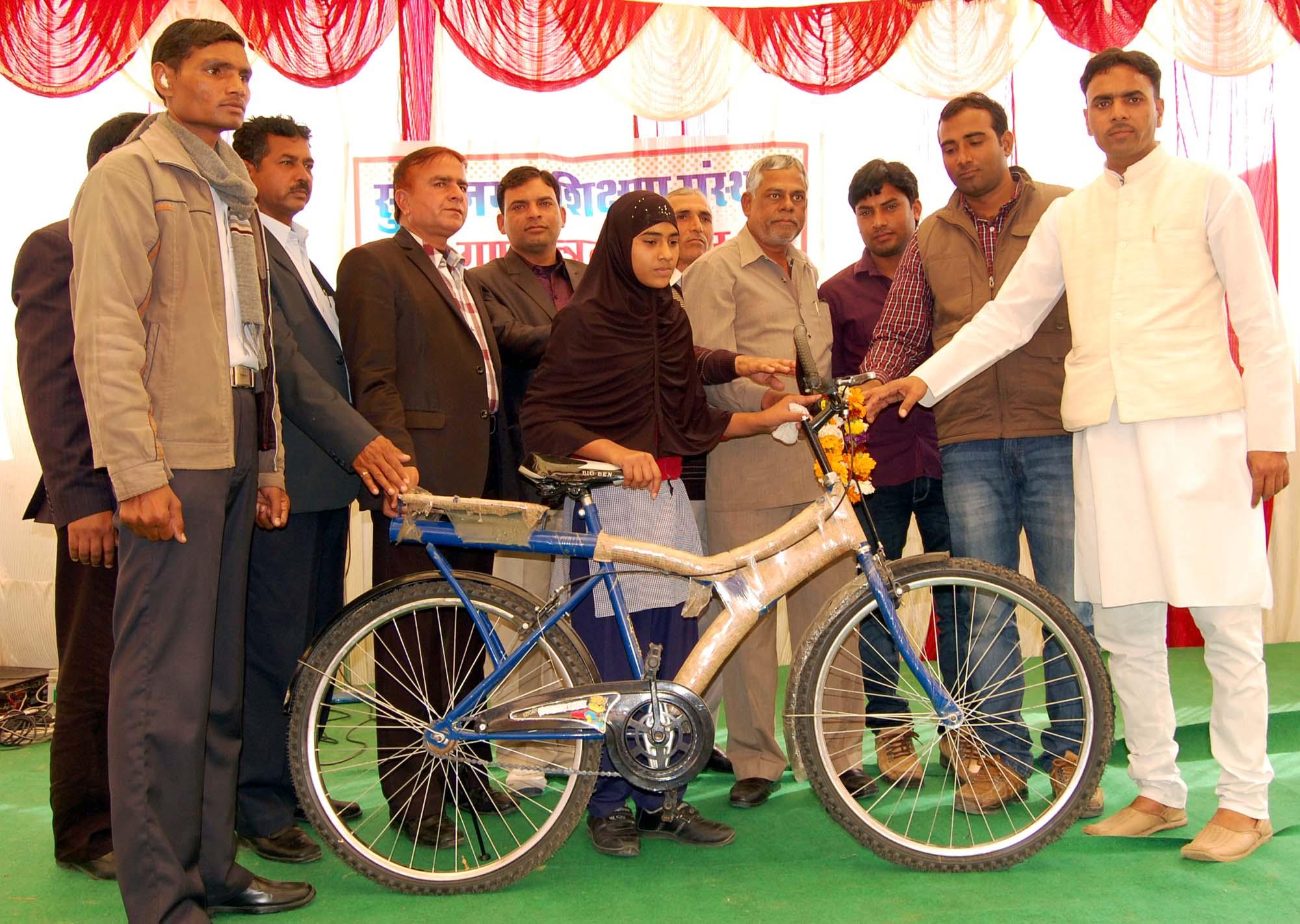सुजानगढ़ शिक्षण संस्थान में रजिया और आसमां को मिली साइकिल