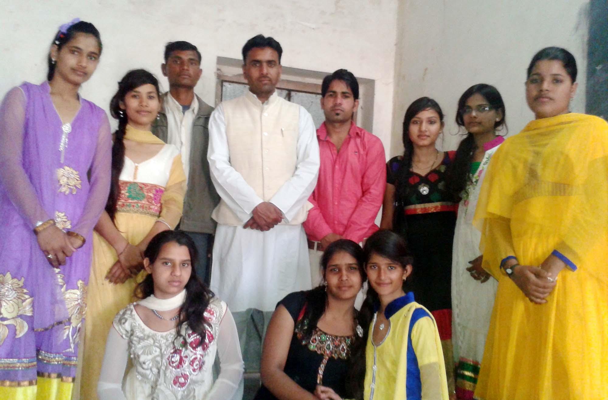 होली धोरा स्थित सुजानगढ़ शिक्षण संस्थान में छात्र-छात्राओं ...